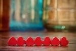 Обои Красные сердечки лежат рядком на полу