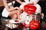 Обои Девушка сидит рядом с игрушечным мишкой с сердечком перед столиком, (i love you / я люблю тебя)