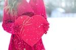 Обои Девушка в красном пальто держит в руках сердечко с бантом на фоне падающего снега, by Jill Wellington