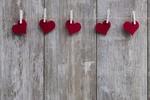 Обои Красные сердечки висят на деревянных прищепках, by Bruno