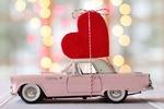 Обои Розовый автомобиль с красным сердечком на крыше