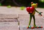 Обои Фигурка лягушонка, держащего в лапках красное сердечко, by Alexas_Fotos