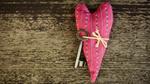 Обои К красному матерчатому сердечку привязан металлический ключ