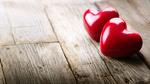 Обои Два красных сердечка на деревянной поверхности