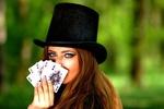 Обои Девушка с длинными волосами в цилиндре с игральными картами в руке на размытом фоне, by Adina Voicu