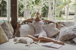 Обои Девушка сидит на диване рядом с кошкой, фотограф Давид Д