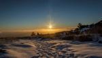Обои Следы на снегу на фоне заходящего солнца