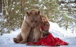 Обои Девушка сидит на снегу рядом с медведем, фотограф Дарья Лефлер