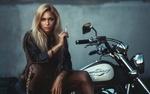 Обои Девушка с сигаретой в руке сидит на мотоцикле, фотограф Дарья Лефлер