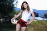 Обои Модель Stefania Beatty с мячом на фоне природы