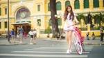 Обои Азиатская девушка с велосипедом на пешеходе