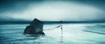 Обои Девочка, прикованная проводами к обломку, стоит на морском берегу