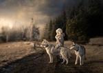 Обои Ребенок в зимней одежде стоит на проселочной дороге с двумя маламутами