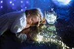 Обои Девочка Pola / Пола спит у ночника-чайника рядом с гирляндой, Dreaming of the stars / Мечтая о звездах, фотограф Iwona Podlasinska