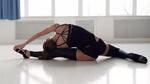 Обои Спортивная девушка в черном белье, со спины, делает растяжку в зале