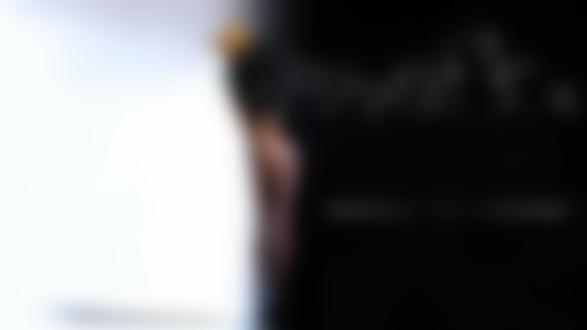 Обои Девушка в короне стоит к нам спиной, с волос ее слетают отцветшие одуванчики и на черном фоне указано 2м- безопасное расстояние при вирусе. Фотограф Андрей Разумовский