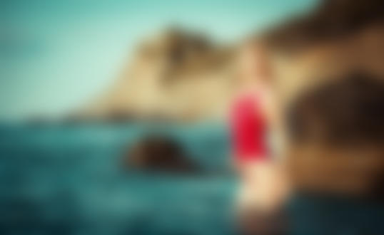 Обои Девушка - блондинка стоит в воде. Фотограф Илья Жирнов