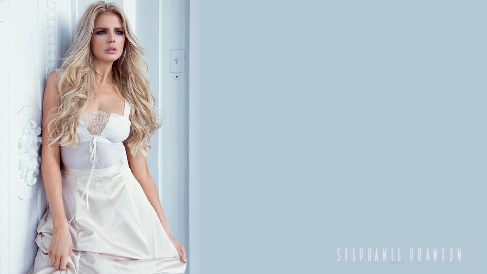 Обои для рабочего стола Модель Stephanie Branton / Стефани Брантон в белом платье