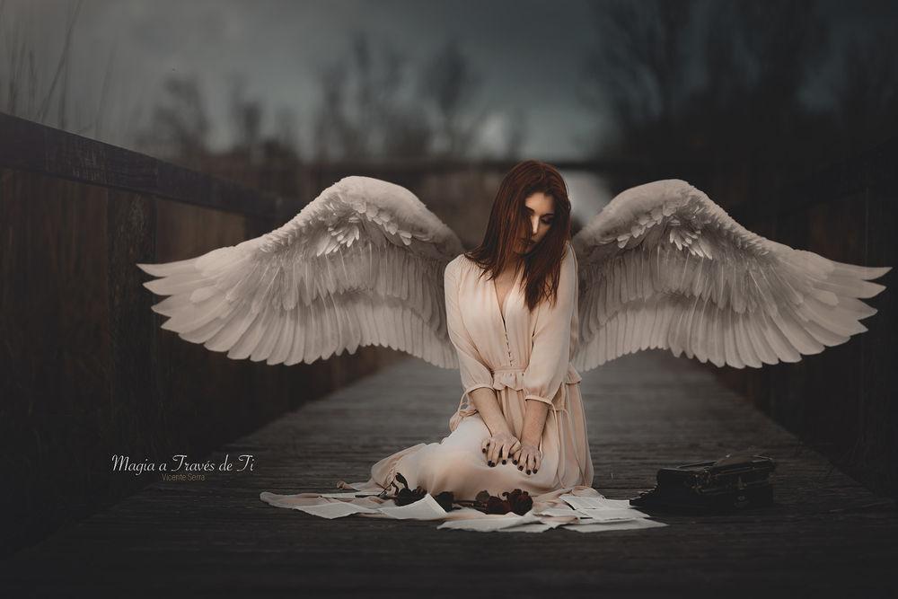 Обои для рабочего стола Девушка с крыльями ангела сидит на дороге перед розой и печатной машинкой, by Vicente Serra