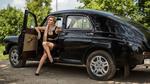 Обои Блондинка сидит в машине Победа