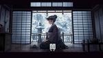 Обои Девушка екай в сером кимоно сидит на коленях во время чайной церемонии в комнате на фоне зимнего пейзажа