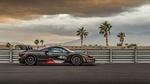Обои Спортивный автомобиль McLaren Senna остановился у отбойника на фоне пальм и холмов под пасмурным небом