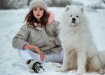 Обои Девушка сидит рядом с самоедской собакой. Фотограф Евгений Маркалев