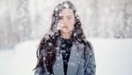 Обои Девушка с длинными волосами стоит под снегопадом