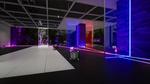 Обои Испытательная комната, огромных масштабов, какого-то исследовательского центра, с разбросанными повсюду стеклянными кубиками, а также с красными и синими силовыми полями и фиолетовыми лазерами, которые при соприкосновении с этими силовыми полями, распадаются на красные и синие цвета, при этом один из двух цветов лазеров, не пропускает силовое поле в зависимости от его цвета этого самого поля, из игры RETHINK: Evolved 4 разработчика Yaeko