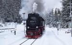 Обои Старый паровоз подъезжает к маленькой станции на фоне зимнего леса, by cryptphil