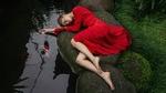 Обои Модель Виктория Агеева в красном платье лежит у водоема, фотограф Georgy Chernyadyev