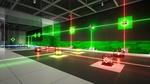 Обои Испытательная комната исследовательского центра, стены которой украшены, в зеленую панель, паркет или плитку, с лазерами красного и зеленого цветов, а также стеклянными кубиками, которые преломляют лазер на два луча и точек соприкосновения для лазеров, как на полу, так и на стене, включая те же кубики