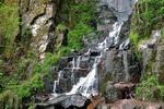 Обои Водопад на фоне скал и растительности, by David Mark