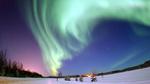 Обои Северное сияние на небе над зимним лесом