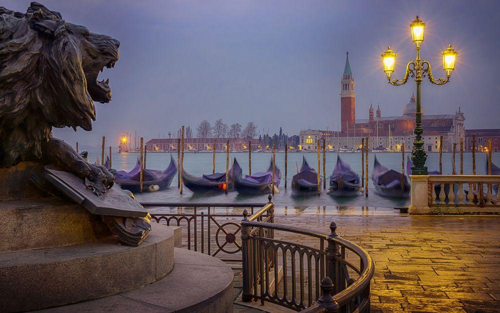 Обои для рабочего стола Скульптура льва и гондолы на причале на рассвете, Венеция / Venice, Италия / Italy