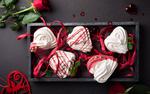 Обои Вид сверху, зефир в форме сердца в коробке, красной розы и подвески с ангелочком