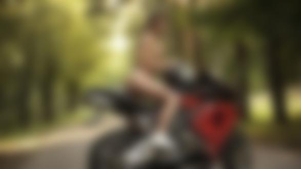 Обои Обнаженная модель Anna Grace сидит на мотоцикле хонда на лесной дороге, фотограф Ника Мельн