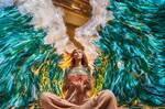 Обои Девушка с аквариумом в руках, фотограф Бенджамин фон Вонг / Benjamin Von Wong