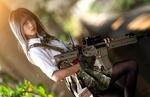 Обои Cosplay / косплей, японская школьница с автоматом на размытом фоне