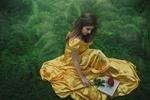 "Обои Belle / Белль из »Beauty and the Beast"" / Красавица и чудовище в длинном платье сидит на траве, фотограф Alex Benetel"