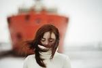 Обои Девушка с растрепанными волосами на фоне корабля, фотограф Alexandra Bochkareva