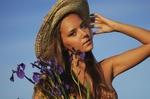 Обои Модель Катя Кловер в шляпе с ирисами в руке