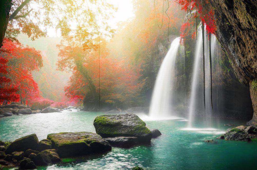 Обои для рабочего стола Heo Suwat водопад Khao Yai в Национальном парке Таиланда с легким дождем и туманом