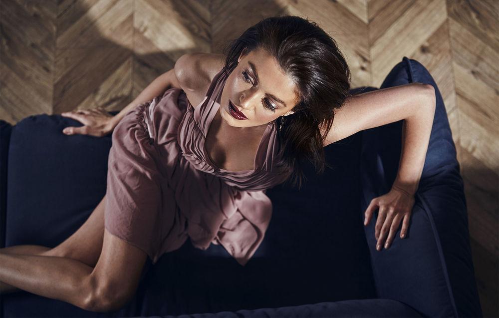 Обои для рабочего стола Модель Elena Korn сидит на диване. Фотограф Tatyana Kizeeva