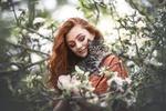 Обои Девушка с котенком на руках стоит у веток дерева, фотограф Natalie Grobe