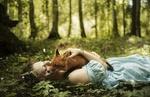 Обои Девушка лежит на земле с лисой, фотограф Alexandra Bochkareva