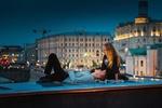 Обои Влюбленные отдыхают на улице вечернего города, фотограф Юрий Шурчков
