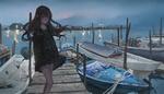 Обои Девочка стоит на деревянном мостике, к которому причалены лодки, by Fan Zhen