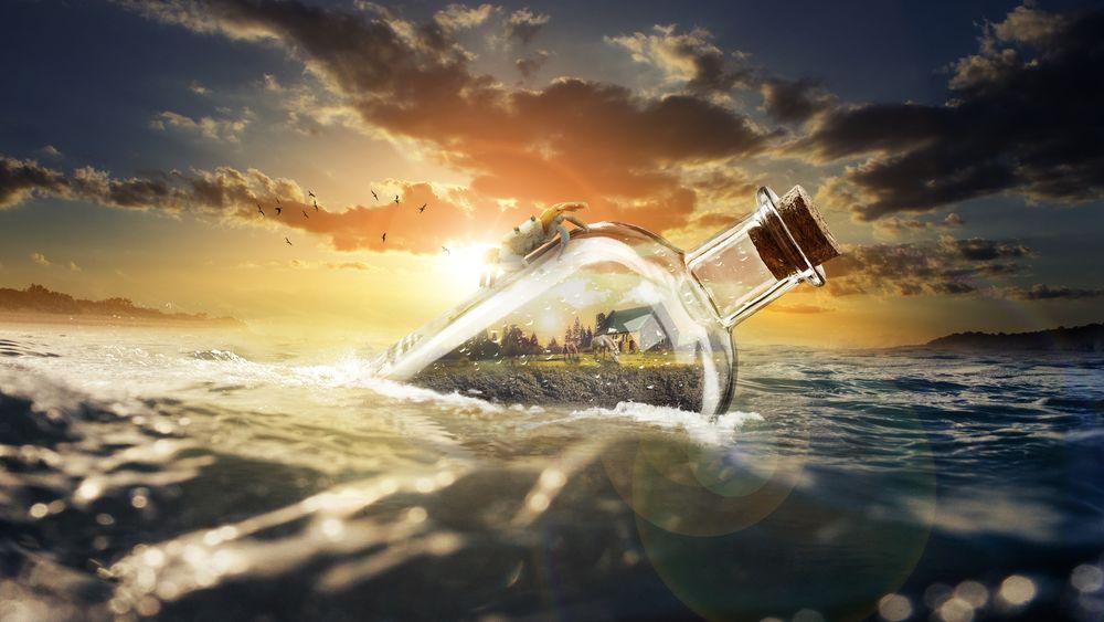 Обои для рабочего стола Бутылка с сидящим на ней крабом плавает на поверхности водоема