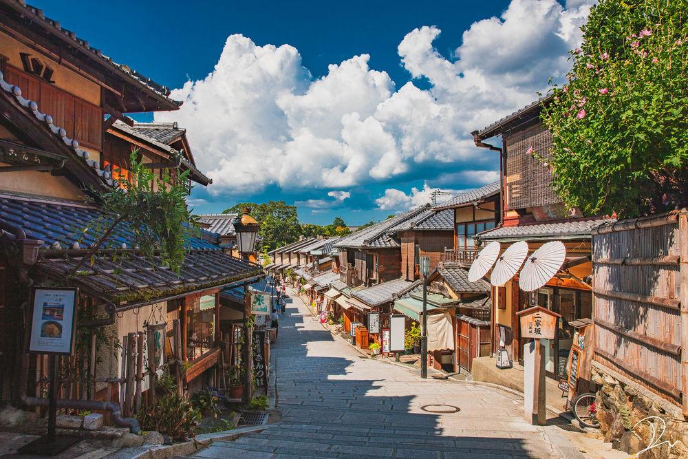 Обои для рабочего стола Улочка с людьми в Киото, Япония